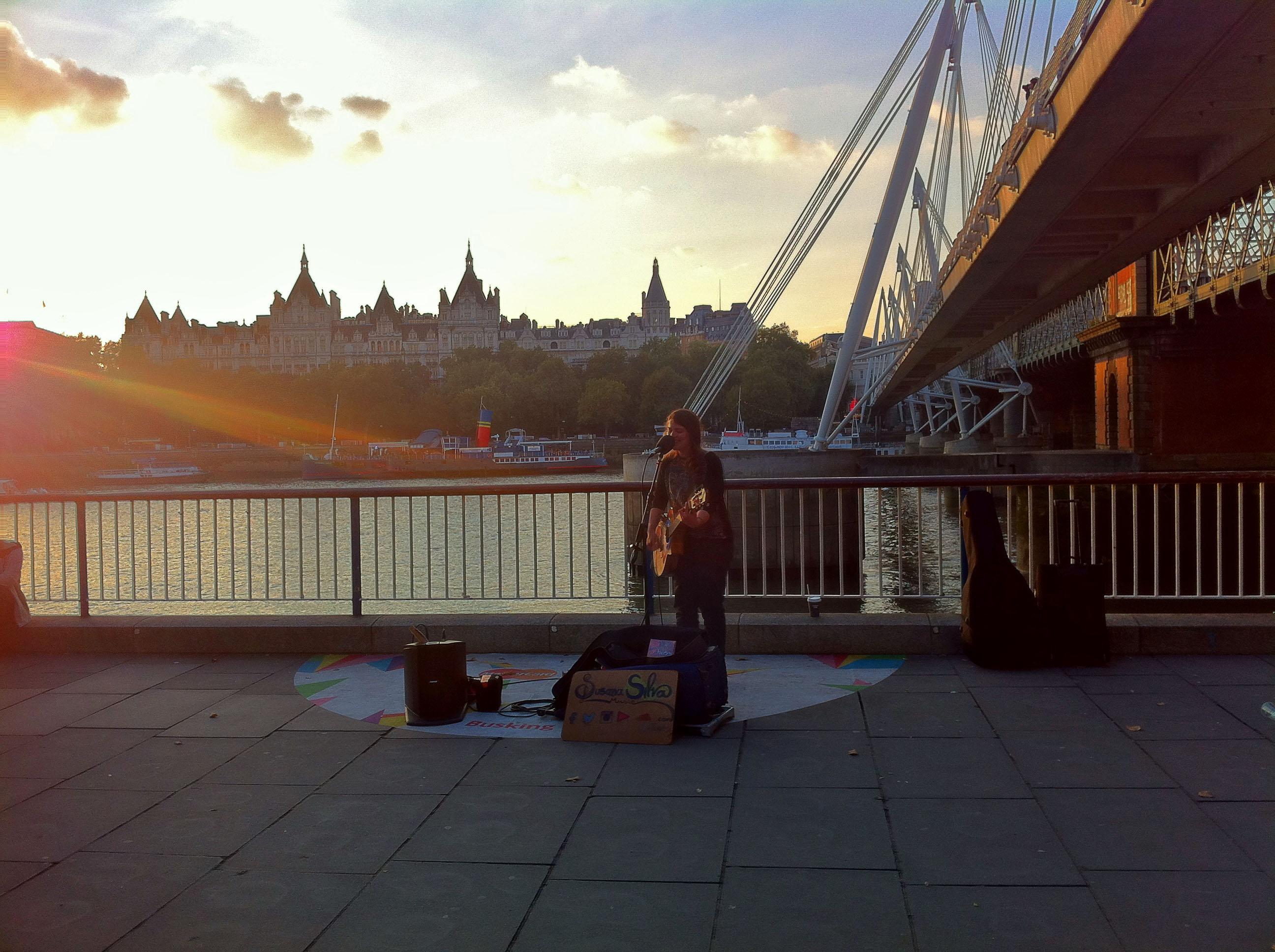 Лондон улични музиканти мост река south bank london